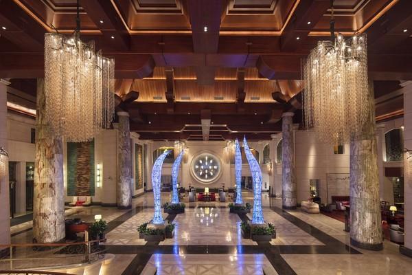 酒店特惠:临金沙滩景区,周末春节不涨价!青岛金沙滩希尔顿酒店1晚(含早)+双人自助晚餐